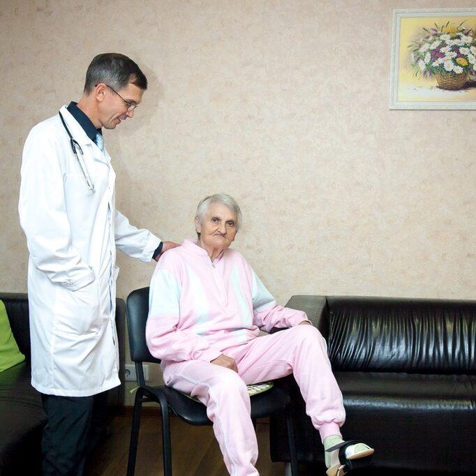 Сиделки в доме престарелых
